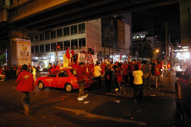 タクシン派赤服が都内商業地区で集会-2
