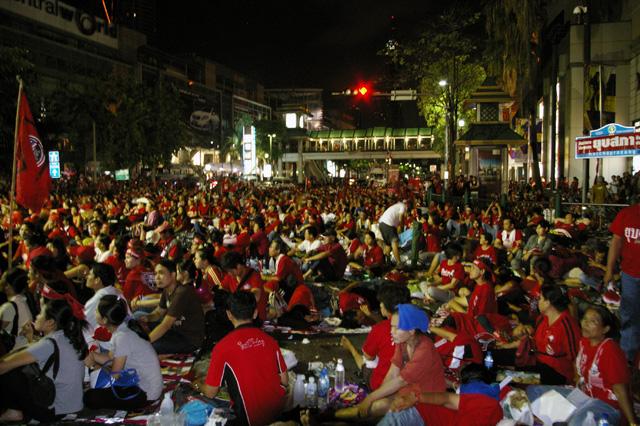 タクシン派赤服が都内商業地区で集会-5