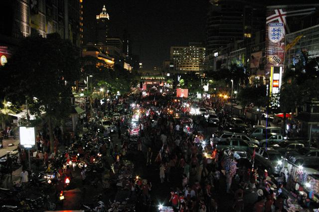 タクシン派赤服、商業地区での集会を継続-1