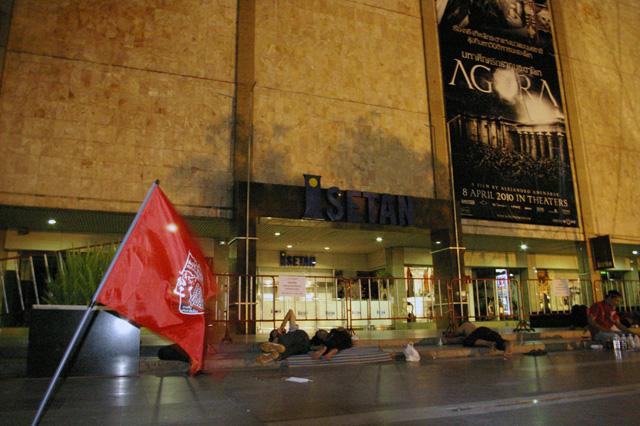 タクシン派赤服、商業地区での集会を継続-3