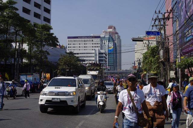 反政府グループがバンコク中心部で大規模デモ行進