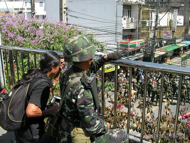 歩道橋にて備えるタイ軍