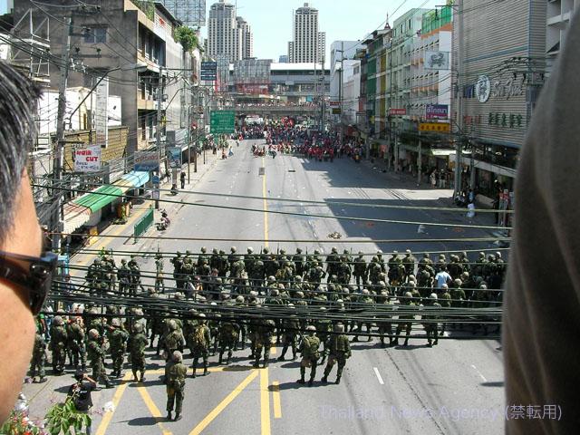 反独裁民主戦線(UDD)にむけて行進するタイ軍