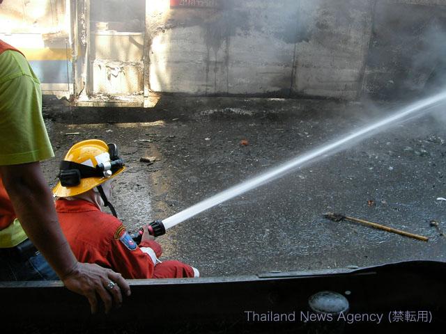 消火活動を行う消防隊員2